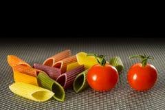 Farbteigwaren mit Tomaten stockbilder