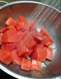 Farbton der Papaya in der Dusche stockfotografie