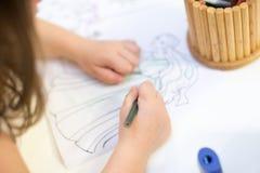 Farbton des jungen Mädchens im Malbuch Kinder zeichnet Geburtstagsfeier lizenzfreie stockfotografie