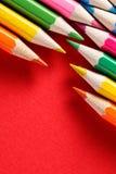 Farbton zeichnet auf einem roten Hintergrund, Winkel an Stockfoto