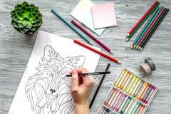 Farbtonbild für Erwachsene auf Draufsicht des hölzernen Hintergrundes Lizenzfreie Stockbilder