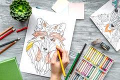 Farbtonbild für Erwachsene auf Draufsicht des hölzernen Hintergrundes Stockfotos