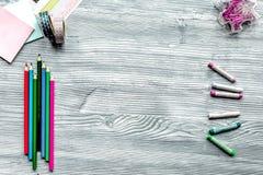 Farbtonbild für Erwachsene auf Draufsicht des hölzernen Hintergrundes Lizenzfreie Stockfotografie