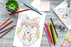Farbtonbild für Erwachsene auf Draufsicht des hölzernen Hintergrundes Lizenzfreie Stockfotos
