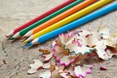 Farbtonbleistifte und Bleistiftschnitzel Stockfotos