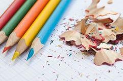 Farbtonbleistifte und Bleistiftschnitzel Lizenzfreie Stockfotos