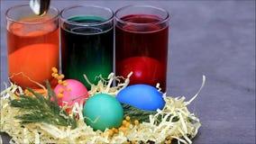 Farbtoneier für Ostern stock video