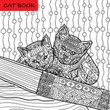 Farbtonkatzenseite für Erwachsene Lustiges Kätzchen zwei, das auf Buch sitzt Hand gezeichnete Illustration mit Mustern Lizenzfreie Stockbilder