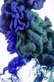 Farbtropfen Tiefes dunkelblaues, Smaragd, Grün stockfotos