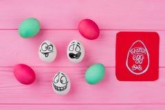 Farbujący jajka i jajka z rysunek twarzami obrazy royalty free