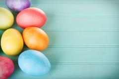 Farbujący Wielkanocni jajka na drewnianym panelu Zdjęcie Stock