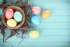 Farbujący Wielkanocni jajka w gniazdeczku Zdjęcie Royalty Free