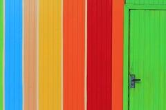 Farbwand mit Tür lizenzfreie stockbilder