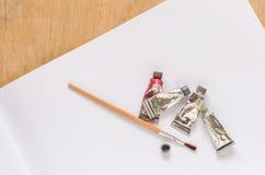 Farbwasser mit Pinsel und Papier Lizenzfreie Stockfotos