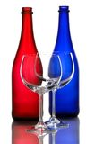 Farbweinflaschen und Weingläser Stockfoto