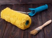 Farby muśnięcie na drewnianym tle i rolownik obrazy stock