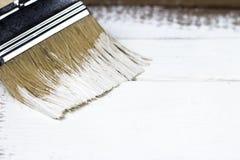 Farby muśnięcie na malującej drewnianej powierzchni, tło, kopii przestrzeń zdjęcie stock