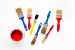 Farby w blaszanych bankach i muśnięciach na białego tła odgórnym widoku Fotografia Stock
