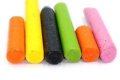 Farbzeichenstift-Wachs-Bleistift, benutzter Zeichenstift lokalisiert auf weißem Hintergrund stockfotografie