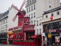 fard à joues de Paris de moulin C'est un cabaret célèbre construit en 1889, emplacement Image stock