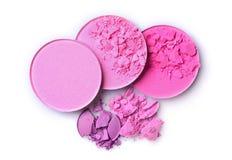 Fard à joues et fard à paupières brisés roses ronds pour le maquillage comme échantillon de produit cosmétique Photos stock