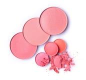 Fard à joues et fard à paupières brisés roses ronds pour le maquillage comme échantillon de produit cosmétique Image libre de droits