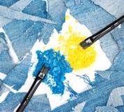 Fard à paupières bleu et jaune compact écrasé avec des chiffons du denim Photos stock
