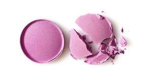 Fard à paupières brisé pourpre rond pour le maquillage comme échantillon de produit cosmétique photos libres de droits