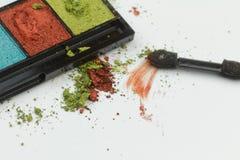 Fard à paupières coloré avec la poussière, la tache et la calomnie sur le blanc d'isolement image libre de droits