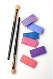 Fard à paupières et applicateur brillants colorés de maquillage image stock