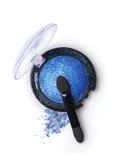 Fard à paupières et applicateur perlés bleus photographie stock libre de droits