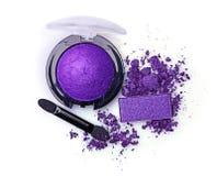 Fard à paupières et applicateur violets écrasés photographie stock