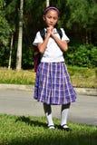 Farda da escola de In Prayer Wearing do estudante f?mea foto de stock