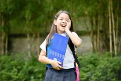 Farda da escola diversa bonito de And Laughter Wearing do estudante fêmea com cadernos foto de stock royalty free