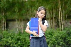 Farda da escola vestindo de Filipina School Girl Decision Making fotografia de stock