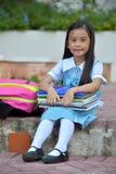 Farda da escola vestindo da pessoa feliz da minoria da preparação fotos de stock royalty free