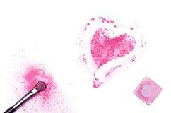 Fards à paupières écrasés en forme de coeur avec la brosse d'isolement sur le CCB blanc Photo stock