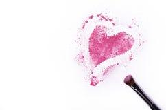 Fards à paupières écrasés en forme de coeur avec la brosse d'isolement sur le CCB blanc Photo libre de droits