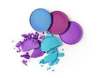 Fards à paupières brisés pourpres et bleus ronds pour le maquillage comme échantillon de produit de cosmétiques photo libre de droits