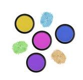 Fards à paupières colorés dans des boîtes noires d'isolement sur le blanc Photographie stock libre de droits