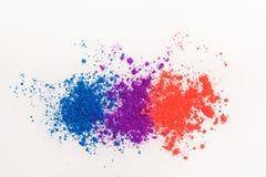 Fards à paupières lumineux dans différentes couleurs de l'arc-en-ciel, dispersées sur un fond blanc photographie stock libre de droits