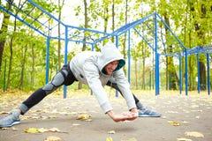 Fare allungando gli esercizi in parco Fotografia Stock