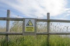Fare attenzione al bordo della scogliera del segno Fotografia Stock