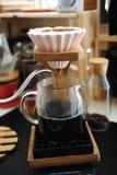 Fare caffè in dispositivo di gocciolamento ceramico rosa di origami con l'esclusione Supporto di legno Miscela manuale alternativ fotografia stock
