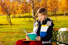 Fare compito nel parco di autunno Fotografia Stock Libera da Diritti