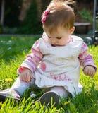 Fare da baby-sitter Immagini Stock