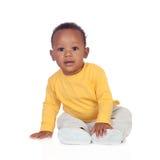 Fare da baby-sitter africano adorabile sul pavimento Fotografie Stock Libere da Diritti