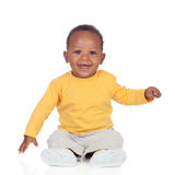 Fare da baby-sitter africano adorabile sul pavimento Fotografie Stock