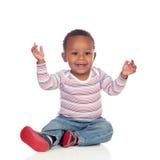 Fare da baby-sitter africano adorabile sul pavimento Immagini Stock