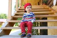 Fare da baby-sitter alla moda sulle scale all'aperto di estate Fotografia Stock